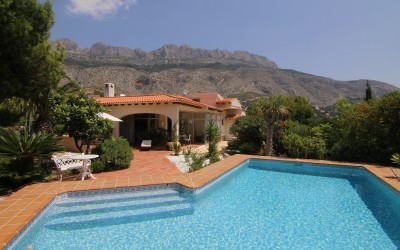 Cozy villa, all on one floor on a large plot, with heated pool and beautiful mountain views.