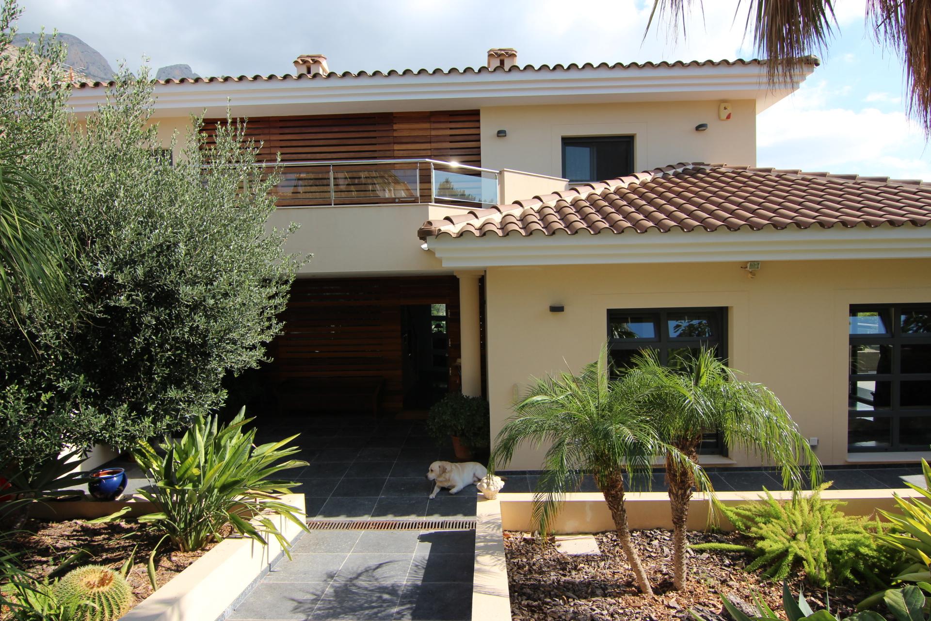luxuri se neu gebaute villa mit wundersch ner aussicht auf. Black Bedroom Furniture Sets. Home Design Ideas